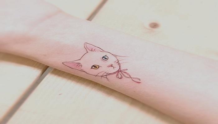 Silueta de un gato en un tatuaje